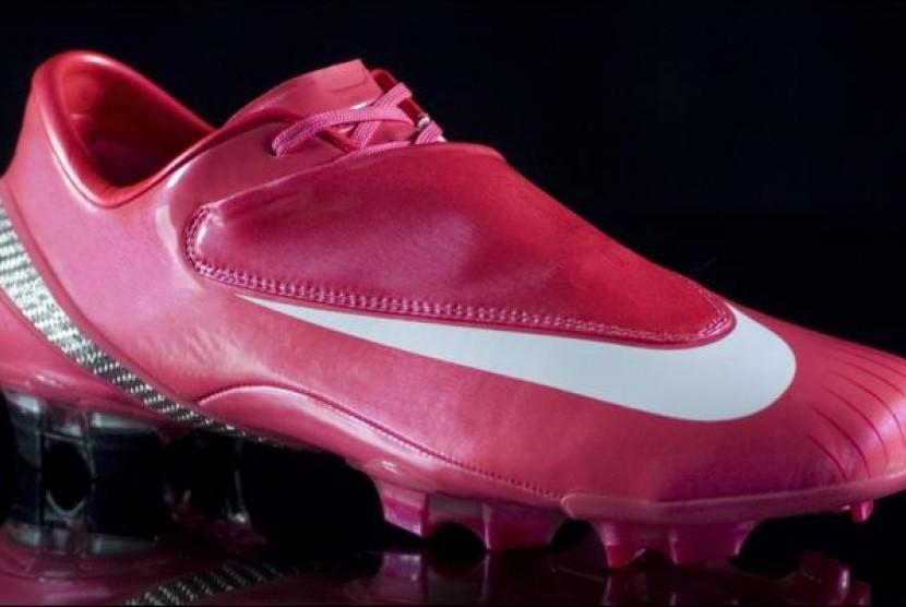 Sepatu Bewarna Pink di Lapangan Hijau | Republika Online