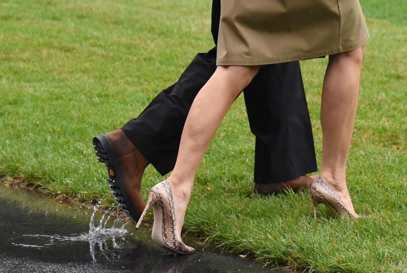Sepatu yang dikenakan Melania Trump saat mengunjungi korban badai Harvey di Texas. Penggunaan sepatu hak mengundang kontroversi dari publik.