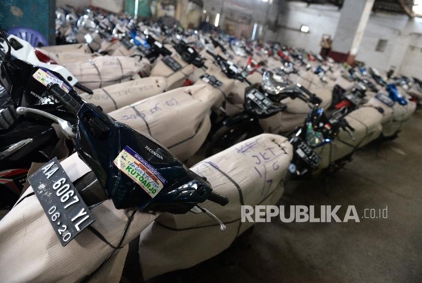 Sepeda motor program mudik motor gratis Kementerian Perhubungan tiba di Pergudangan Terpadu, Kampung Bandan, Jakarta, Ahad (2/7).
