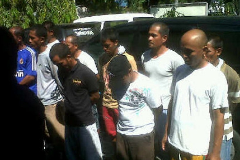 Sepuluh nelayan ilegal asal Filipina ditahan oleh Imigrasi Bitung. Mereka kedapatan mencuri ikan tuna di perairan Indonesia.