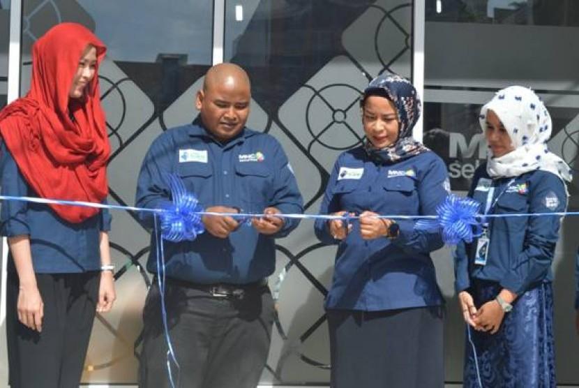 Seremoni peresmian kantor cabang baru di Banda Aceh ditandai dengan pengguntingan pita oleh Direktur Utama MNC Sekuritas Susy Meilina dan Kepala Cabang MNC Sekuritas Aceh Muharrami Syaputra, Kamis (24/8).