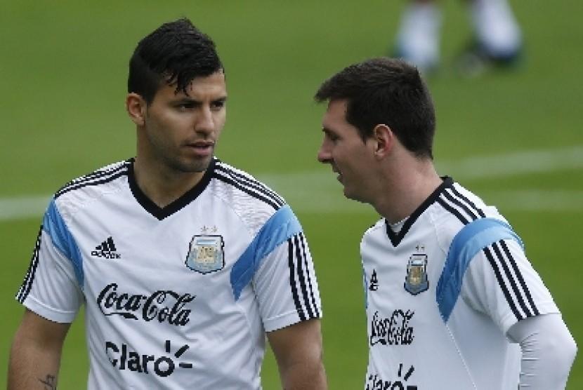 Sergio Aguero (kiri) berbincang dengan Lionel Messi