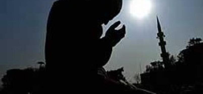 Seseorang sedang memanjatkan doa. (ilustrasi)