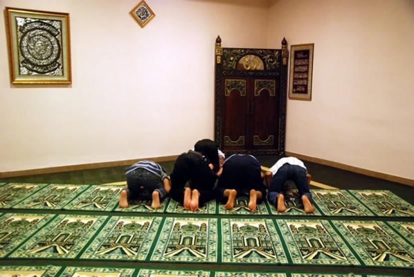 Shalat berjamaah di mushala. (Ilustrasi)