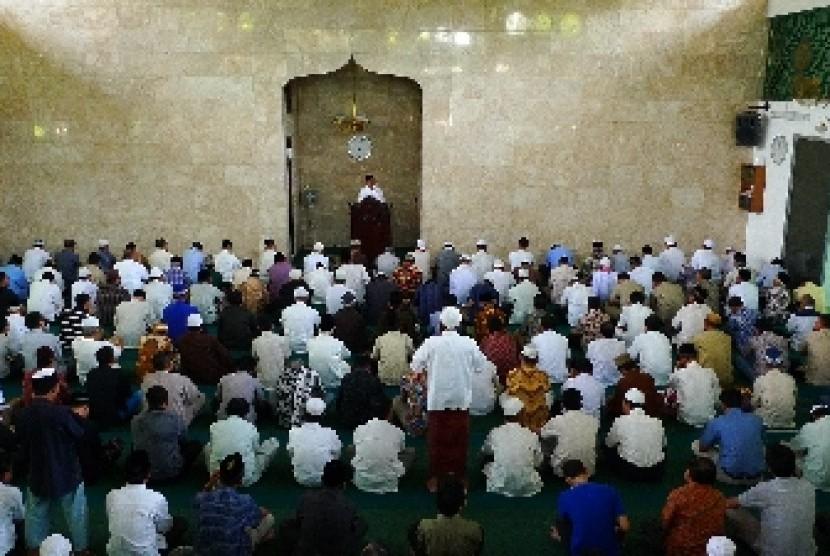 Shalat Jumat di sebuah masjid di Jakarta.