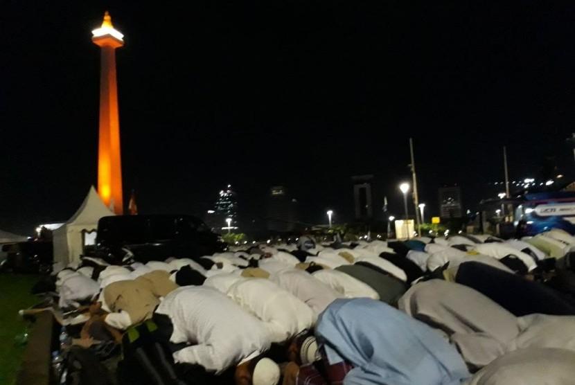 http://static.republika.co.id/uploads/images/inpicture_slide/shalat-subuh-berjamaah-di-lapangan-monas-jakarta-sabtu-2-12-_171202053516-611.jpg