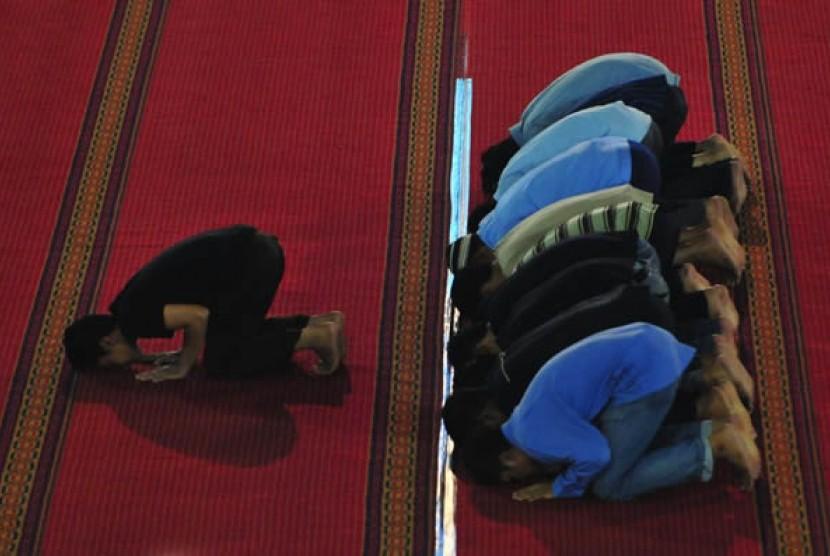Sholat berjamaah (Ilustrasi)