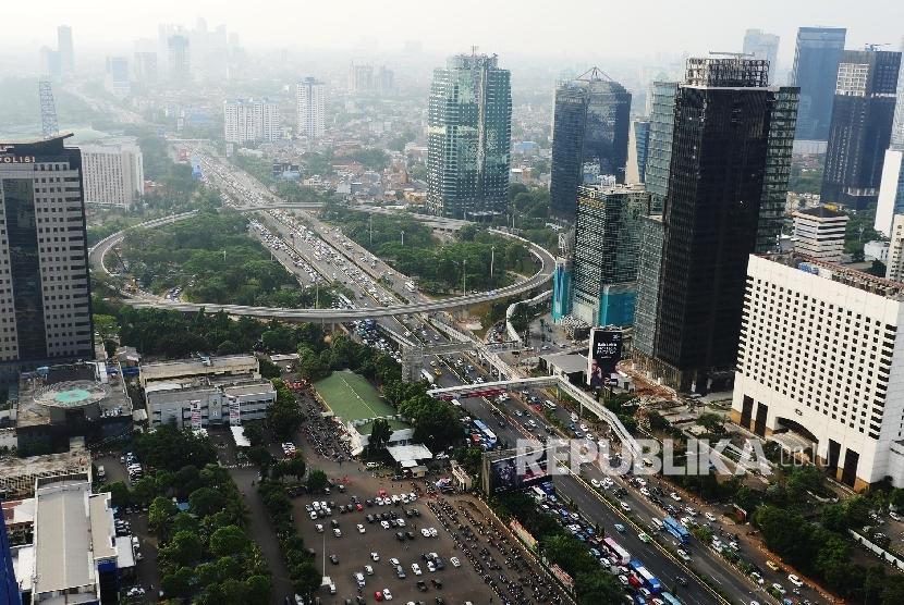 Simpang Susun Semanggi yang menghubungkan ruas jalan Sudirman dan Gatot Subroto Jakarta saat ini dalam proses finishing, Jumat (14/7).