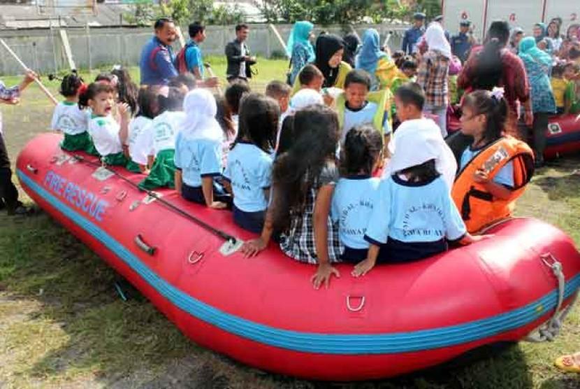 Simulasi bencana bagi anak-anak korban bencana banjir.