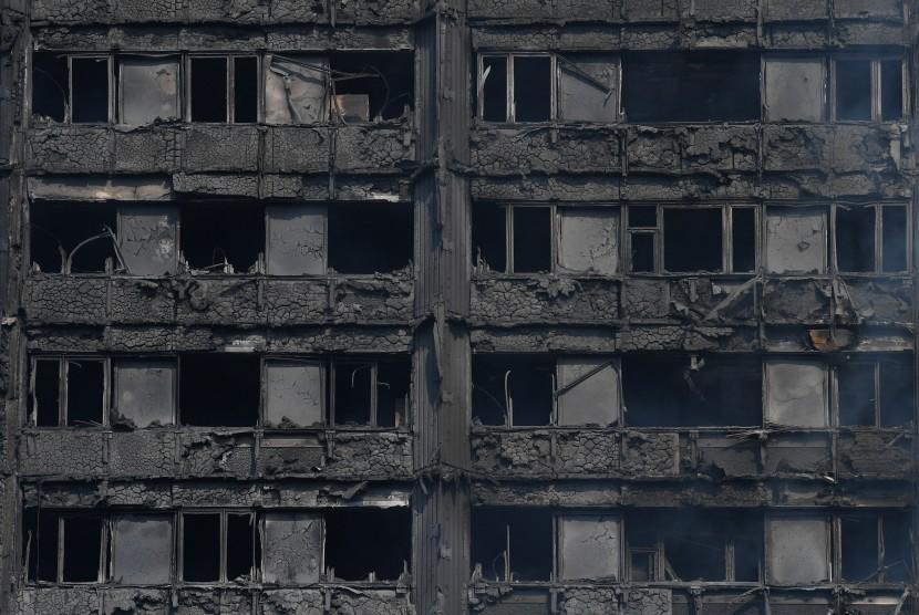Sisa bangunan apartemen Greenfell Tower yang terbakar di Kensington Utara, London, (14/6).