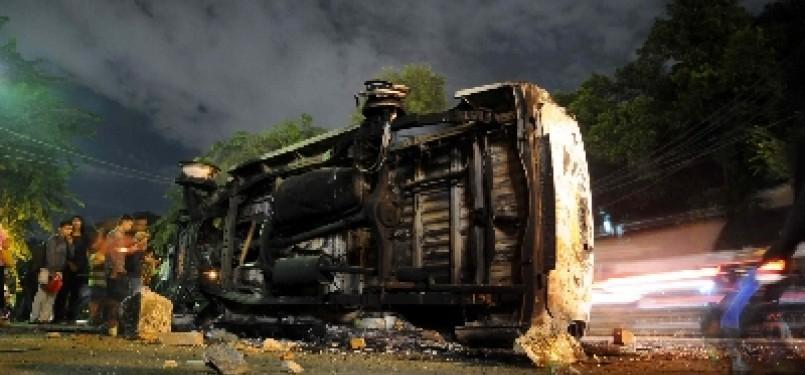SISA MOBIL DIBAKAR. Satu bangkai mobil terbakar di Jalan Diponegoro, Salemba, Jakarta, Kamis (29/3) malam. Aksi menolak kenaikan Bahan Bakar Minyak (BBM) berakhir bentrok