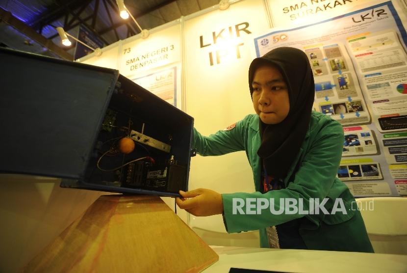 Siswa asal SMA1 Surakarta menunjukan alat pendeteksi pergesearan tanah yang di lombakan dalam lomba lomba karya ilmiah remaja (LKIR) di Indonesia Science Expo 2017 di Balai Kartini, Jakarta, Senin (23/10).