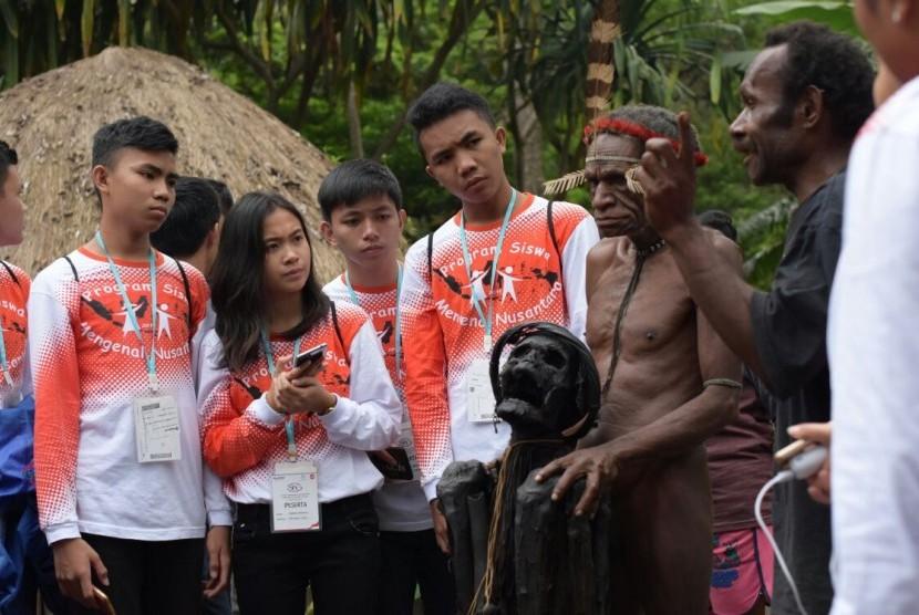 Siswa berprestasi asal Sulawesi Utara mengikuti program Mengenal Nusantara dengan mengunjungi Papua.
