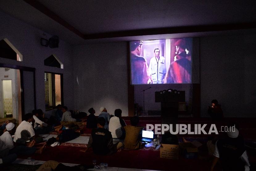 Siswa bersama guru menonton bersama film G30S PKI di SMK Muhammadiyah I Kota Depok, Jawa Barat, Rabu (20/9) malam.