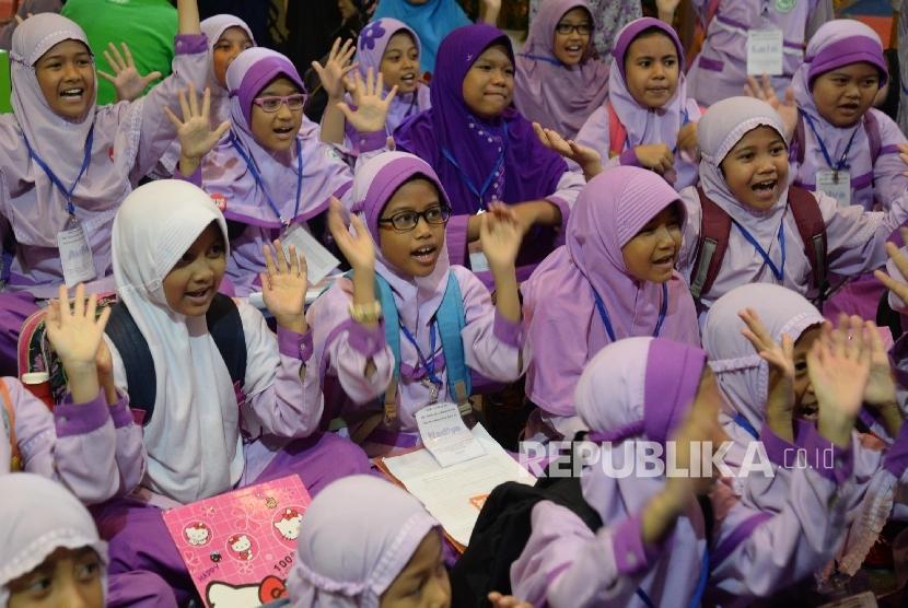 Siswa dari SD Murul Islam Pondok Kopi Jaktim mengunjungi stand pameran buku di Indonesia International Book Fair (IIBF) 2016 di JCC, Jakarta, Jumat (30/9)