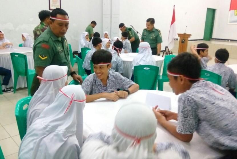Siswa dari SMP Negeri 8 Kota Bogor mengikuti kegiatan Wisata Matematika Bela Negara di Markas Kodim 0606/Kota Bogor.