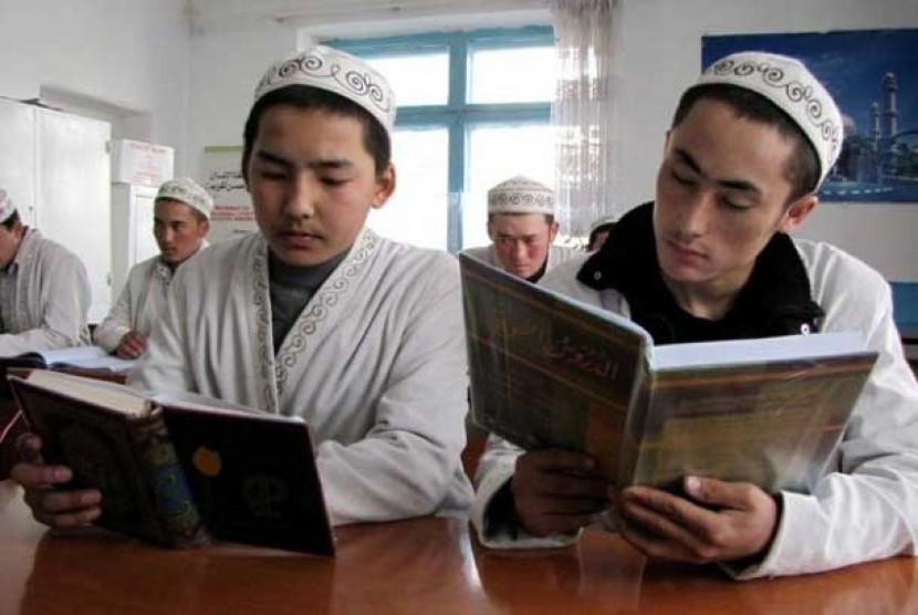 Siswa madrasah di Karabalta, Kirgistan, tengah belajar membaca Alquran.
