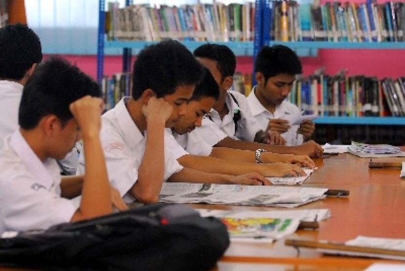 Siswa madrasah tengah belajar di perpustakaan (ilustrasi).