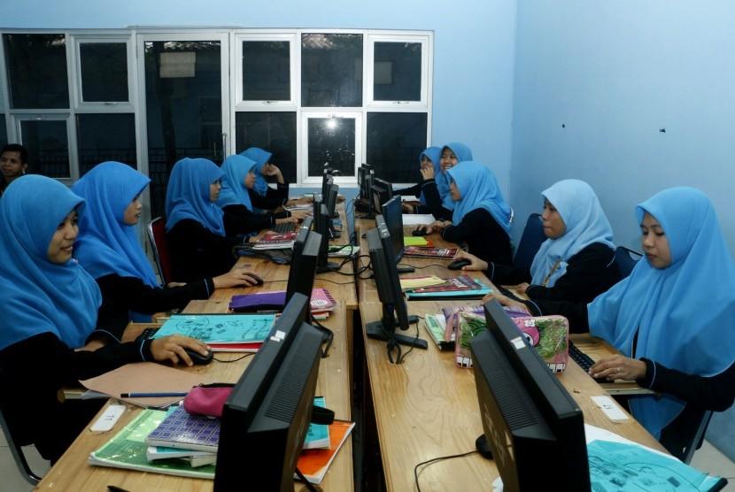 Siswa Rumah Gemilang Indonesia (RGI) sedang menimba ilmu.