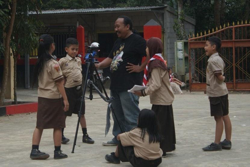 Siswa SD Negeri 1 Pagerandong mengikuti pelatihan membuat video berita