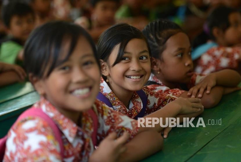 Siswa SDN Banaran Pulung melaksanakan kegiatan belajar mengajar di Masjid Desa Banaran yang menjadi sekolah sementara di Kecamatan Pulung, Kabupaten Ponorogo, Jawa Timur, Rabu (5/4).