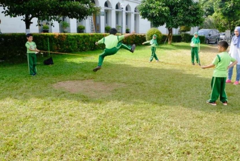Siswa-siswa SD Islam Al-Azhar 1 bermain permainan tradisional.