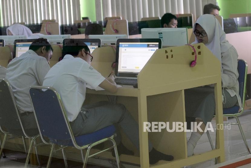 Siswa-siswi mengikuti Ujian Nasional Berbasis Komputer (UNBK) di MAN 4 Jakarta, Selasa (11/4).
