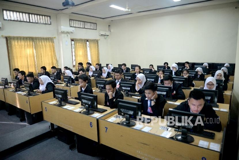 Siswa-siswi mengikuti Ujian Nasional Berbasis Komputer (UNBK) di Sekolah Menengah Kejuruan (SMK) Negeri 32 Jakarta, Senin (3/4)