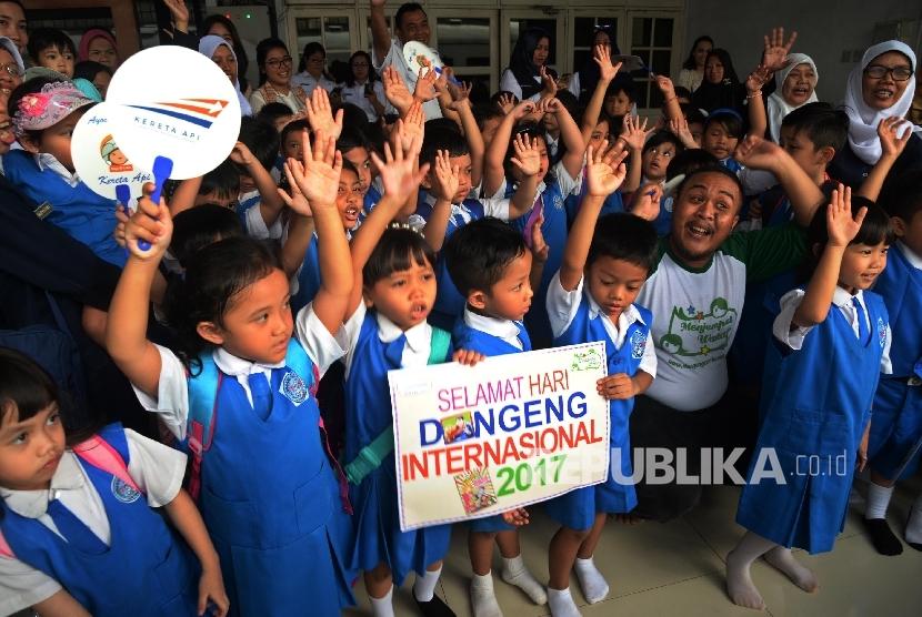 Siswa-siswi Pendidikan Anak Usia Dini (PAUD) dan Taman Kanak-kanak (TK) mendengarkan dongeng di Stasiun Pasar Senen, Jakarta Pusat, Senin (20/3).