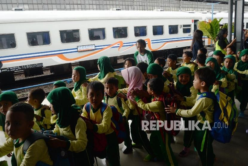 Siswa-siswi Pendidikan Anak Usia Dini (PAUD) dan Taman Kanak-kanak (TK) melihat kereta api saat acara Hari Dongeng Sedunia di Stasiun Pasar Senen, Jakarta Pusat, Senin (20/3).