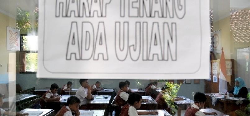 Siswa-siswi Sekolah Dasar (SD) kelas enam mengikuti ujian nasional (ilustrasi).