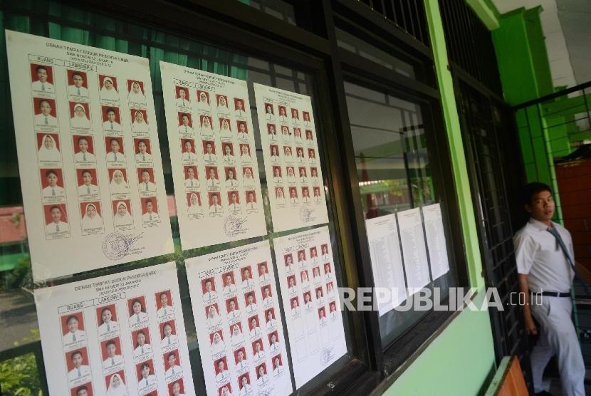 Siswa-siswi seusai mengikuti Ujian Nasional Berbasis Komputer (UNBK) di SMAN 22 Jakarta, Senin (10/4).