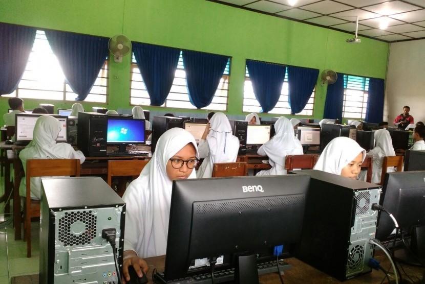 Siswa-siswi SMPN 1 Sleman menjalani simulasi terakhir UNBK, Senin (20/3). Rizma Riyandi