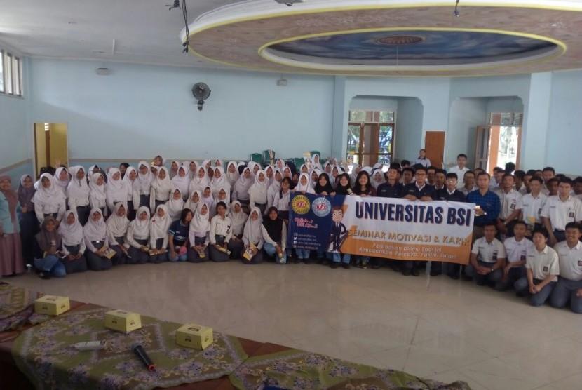 Siswa SMKN 1 Cimahi mengikuti seminar motivasi yang diselenggarakan oleh Universitas BSI.