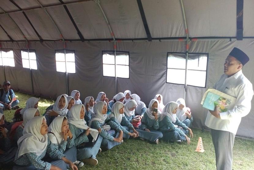 Bantuan Belum Cair, Sebagian Siswa SMKN 3 Belajar di Tenda