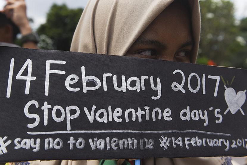 Siswa SMP Muhammadiyah 2 Surabaya memegang poster saat mengikuti aksi stop peringatan Hari Valentine di Surabaya, Jawa Timur, Senin (13/2).