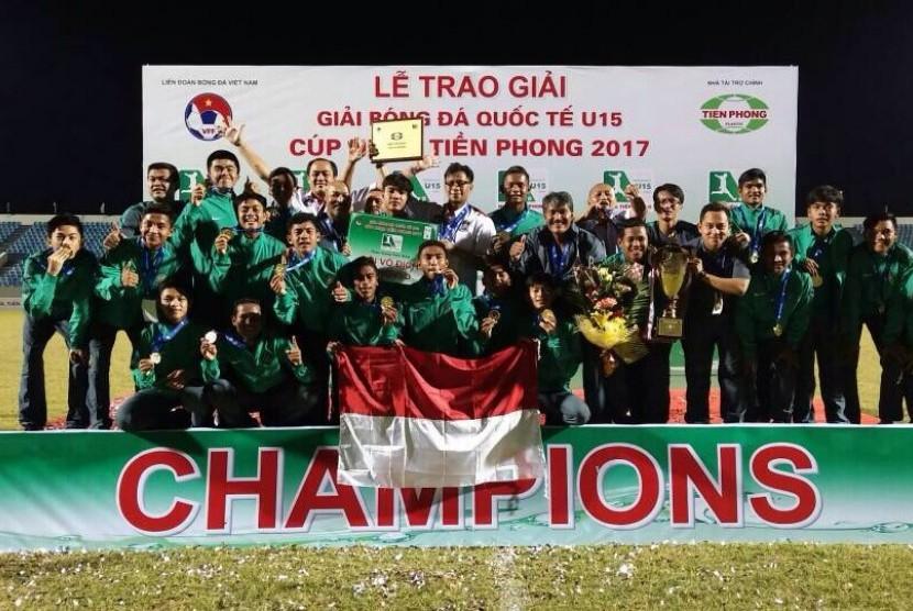 Skuat timnas Indonesia U-16 merayakan gelar juara pada turnamen Vietnam Invitation Tien Phong Plastic Cup 2017 di Da Nang, pada Ahad (18/6).