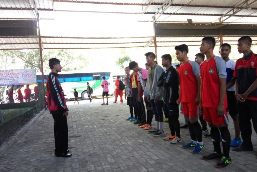 Staf Bidang Kemahasiswaan AMIK BSI Tegal Angga Ardiansyah membuka turnamen futsal dalam rangka HUT ke-29 BSI.