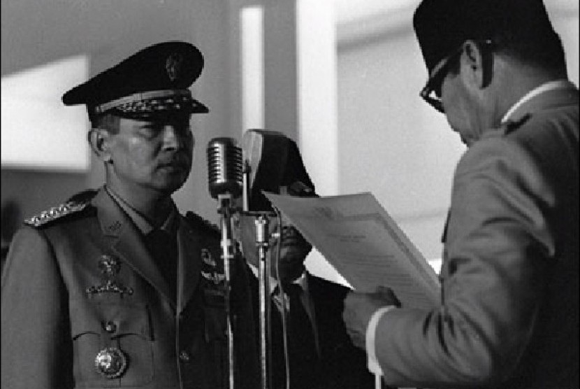 Soeharto ketika menerima mandat presiden dari Soekarno