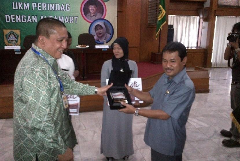 Solihin, Corporate Affair Director Alfamart. bersalaman dengan salah satu peserta UKMK di Bogor, Senin (9/7)