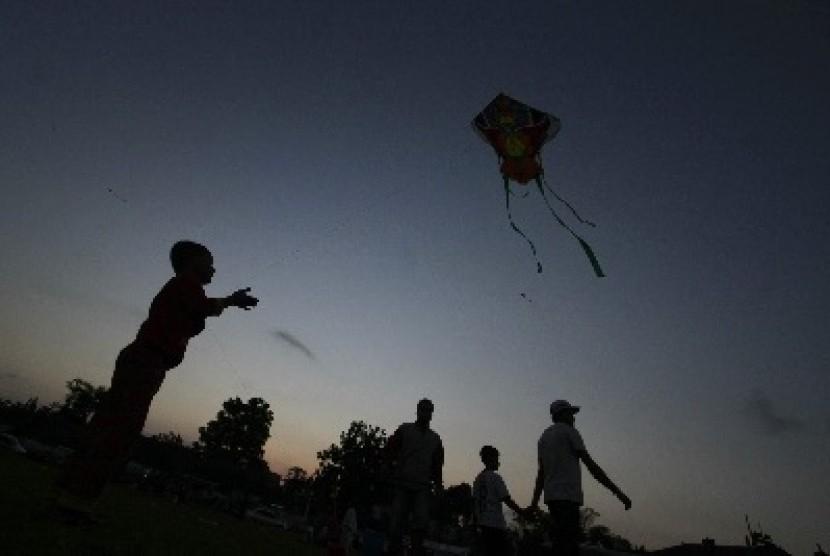 Some kids fly kites. (Illustration)