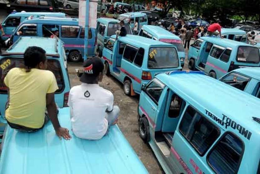 Sopir angkutan kota (angkot) melakukan aksi mogok.  (liustrasi)