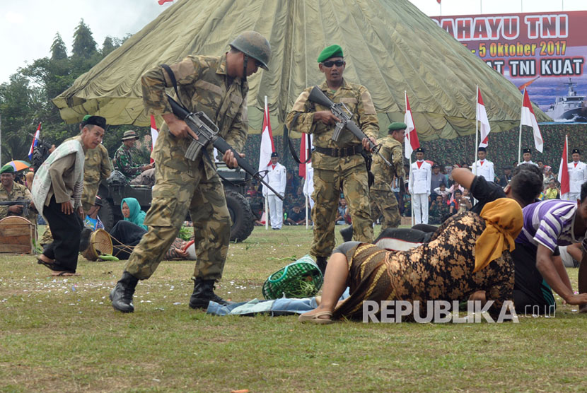 Colossal drama on the struggle General Soedirman to defend the country from the Dutch colony, staged during the commemoration of TNI 72nd anniversary, in the field of Great Commander General Sudirman, Ambarawa, Semarang regency, Thursday (October 5).