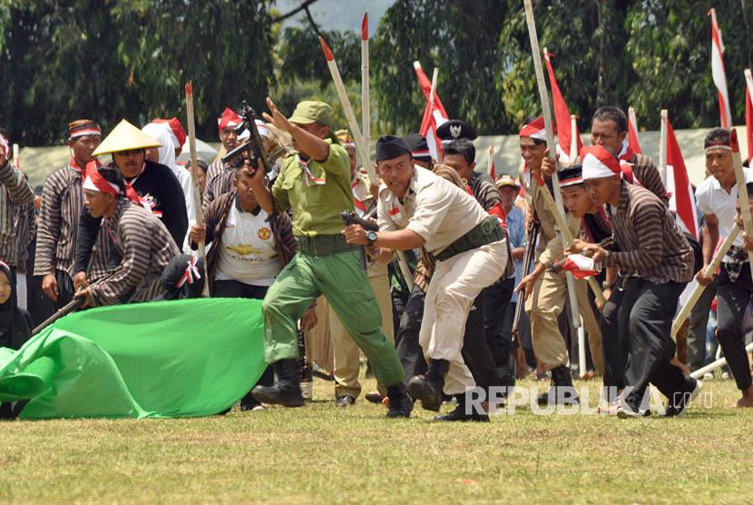 Sosiodrama kolosal  sejarah perjuangan Jenderal Soedirman mempertahankan negara dari penjajah Belanda, saat peringatan HUT ke-72 TNI, di lapangan Panglima Besar (Pangsar) Jendral Sudirman, Ambarawa, Kabupaten Semarang, Kamis (5/10).