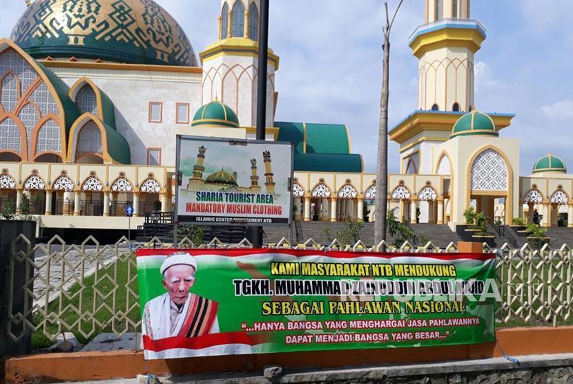 Spanduk-spanduk dukungan Maulana Syekh berada di sejumlah lokasi di Mataram, NTB, mulai dari sekolah-sekolah, pinggir jalan raya, hingga di depan pintu masuk Islamic Center NTB.