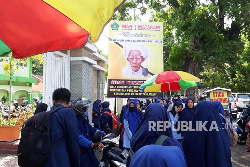 Ribuan Santri Lombok Peringati Gelar Pahlawan Maulana Syekh