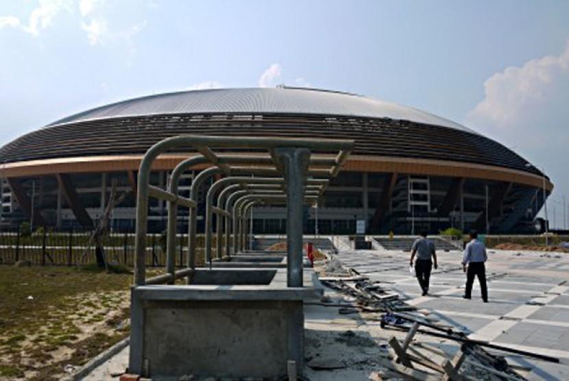 STADION UTAMA RIAU. Suasana pembangunan Stadion Utama Riau, di Panam, Pekanbaru, Senin (25/6) yang saat ini terhenti proses pengerjaannya dua pekan jelang pelaksanaan babak kualifikasi Piala Asia U-22.