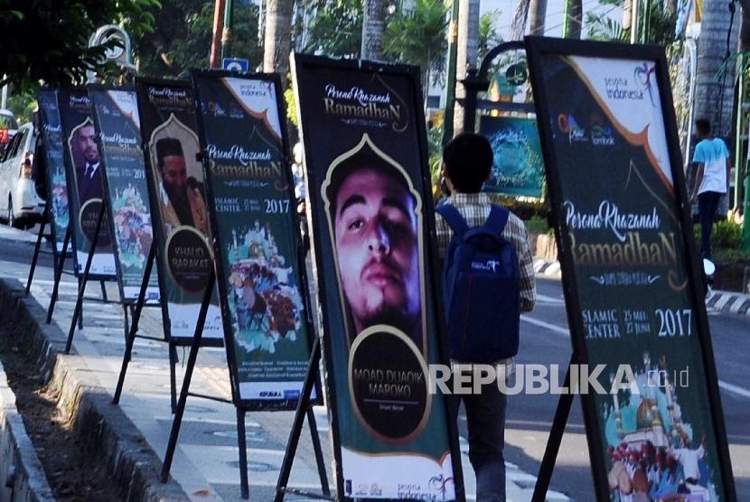 Standing Banner Pesona Khasanah Ramadhan terpasang di sepanjang jalan kota Mataram, Lombok, Nusa Tenggara Barat, Selasa (23\5).