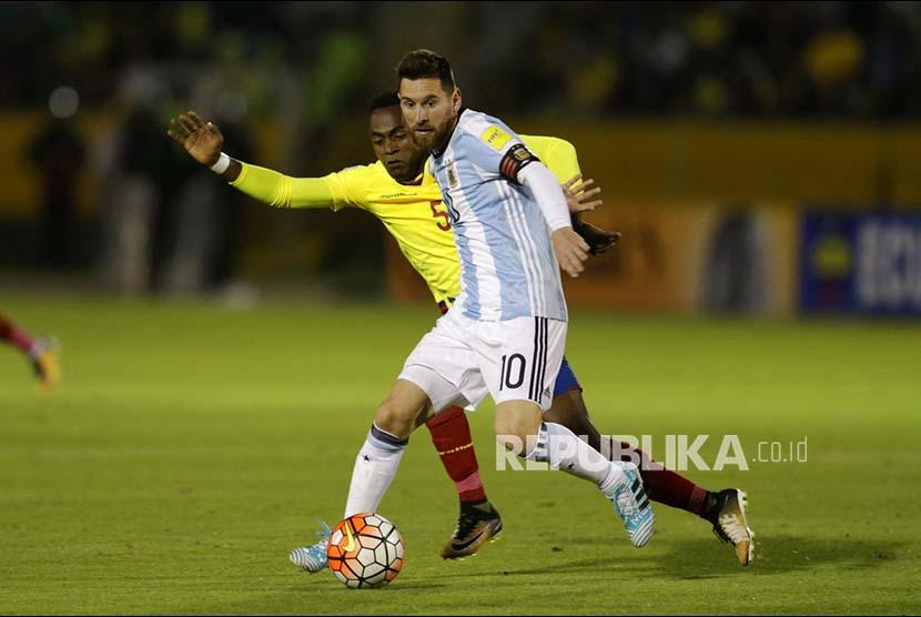Striker Argentina Lionel Messi berebut bola dengan gelandang Ekuador Alex Ibarra  pada pertandingan babak kualifikasi Piala Dunia 2018 di Stadion  Atahualpa Olympic, Quito, Ecuador,