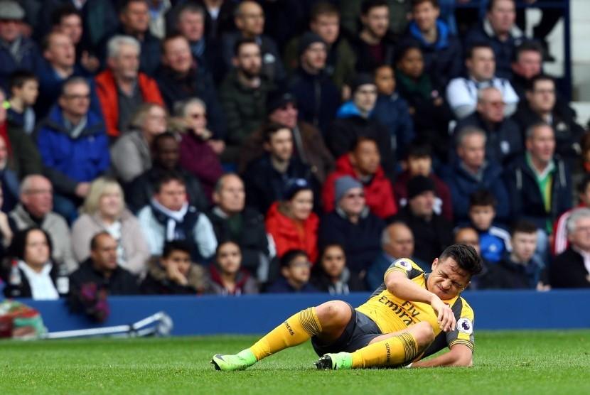 Striker Arsenal, Alexis Sanchez terkapar cedera pada laga lawan West Bromwich Albion di the Hawthorns, Sabtu (18/3). Sanchez tengah pekan ini akan membela timnas Cile.